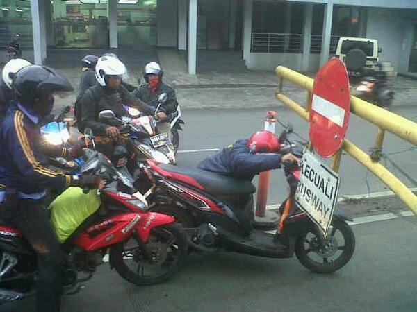 Biker Somplak, Ngeyel Masuk JalurBusway!!
