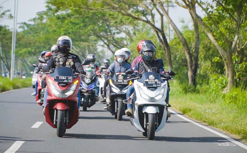 Kopdargab Komunitas PCX: Touring Hingga Aksi Sosial di Pantai Camplong,Madura