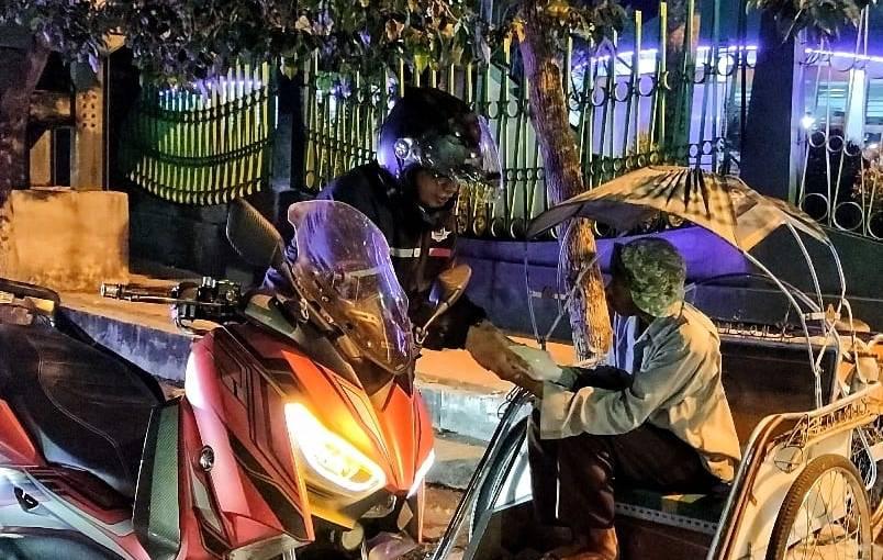 Komunitas Nmax Jember Berbagi Dan Sahur On The Road,Mantab!